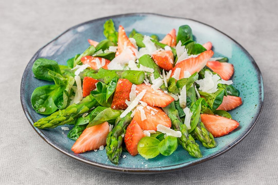 salade asperges aarbeien parmesaan