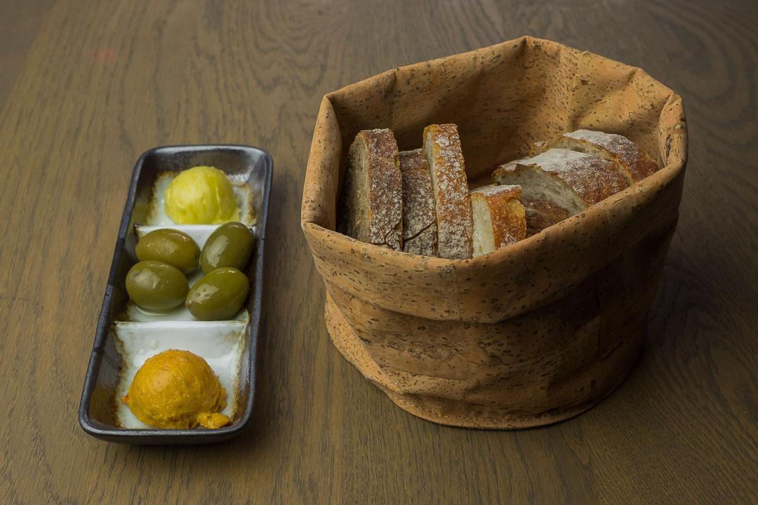 NY Basement Rotterdam brood olijven gezouten boter met tomaten