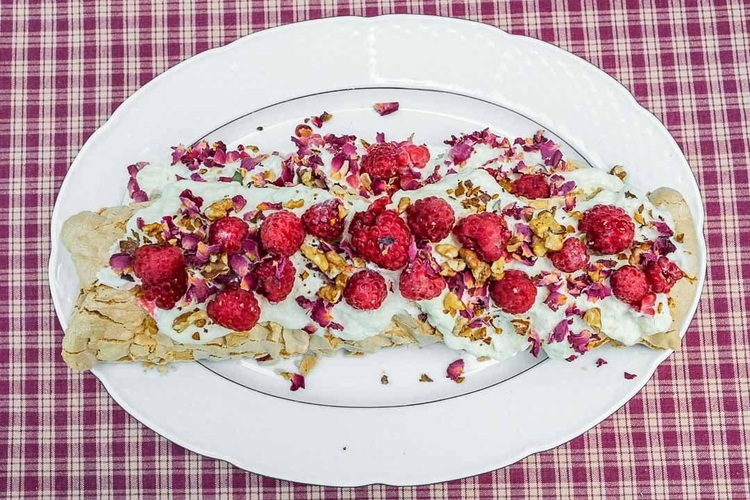 Recept taart meringuerol frambozen rozenblaadjes