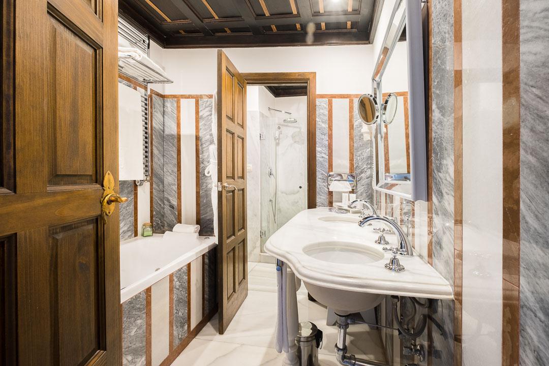 las casas de la juderia cordoba bathroom
