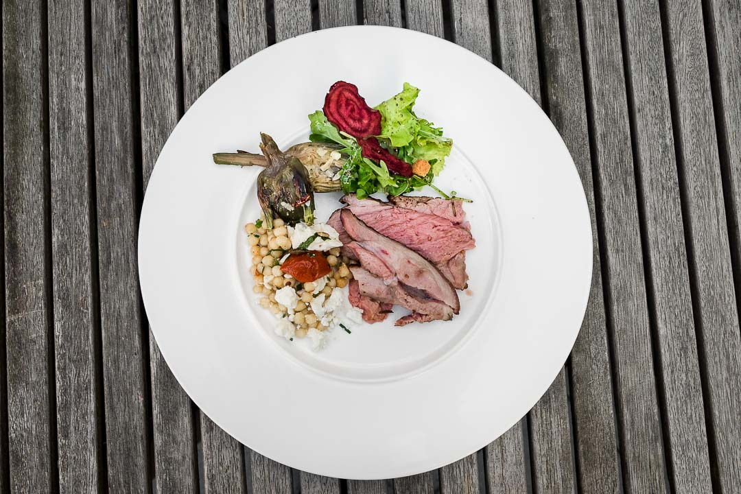 Gerecht parelcouscous salade lam BBQ grill top shot