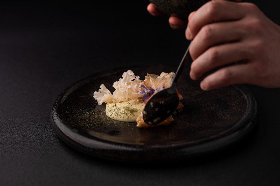 Gerookte en gelakte paling met crème van dashi, boontjes, sponszwam, bonito-vlokken en een vinaigrette van walnoot en umeboshi door Thomas Vanderflaas, Restaurant Seir.