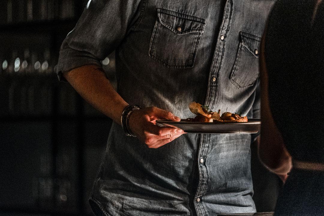Borden worden geserveerd, restaurant Seir.