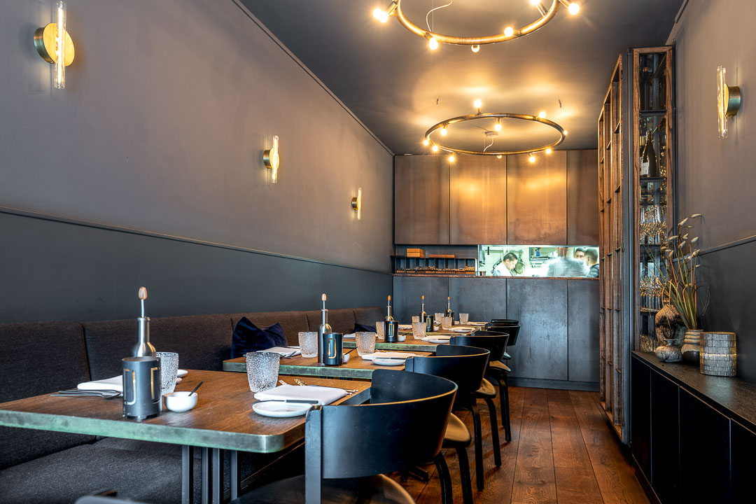 Interior with tables, chairs and lighting at Restaurant Daalder in Amsterdam