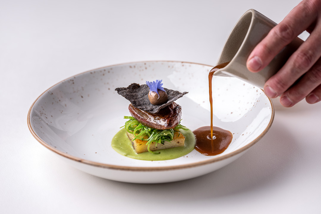 Dove 'clamart' with peas and shallot. Action view. Auberge De Herborist by Hungry for More.
