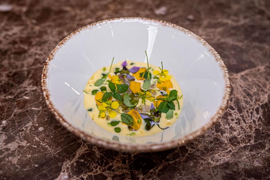 Taxi's by Hungry for More. Carpaccio van schelvis met velouté van gefermenteerde maïs by chef Gilles Bogaert.