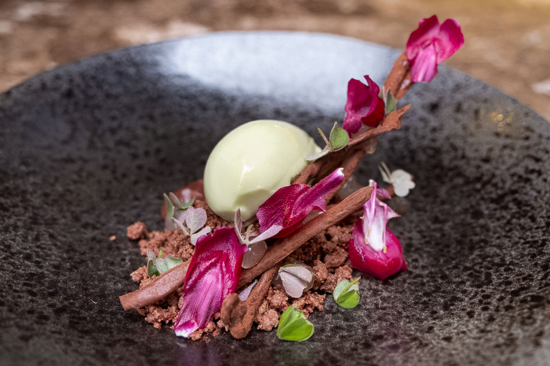 Taxi's by Hungry for More. Dessert van chocolade, denne en pepermunt by chef Gilles Bogaert.