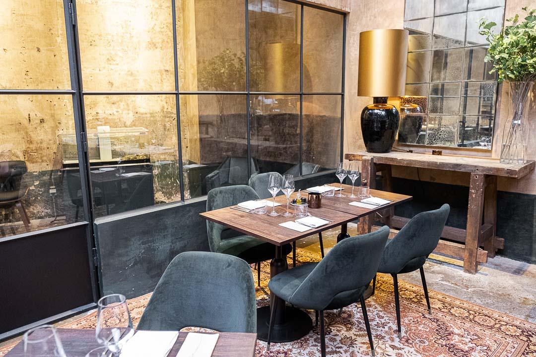 Taxi's by Hungry for More. Hoek met gedekte tafel in het restaurant.
