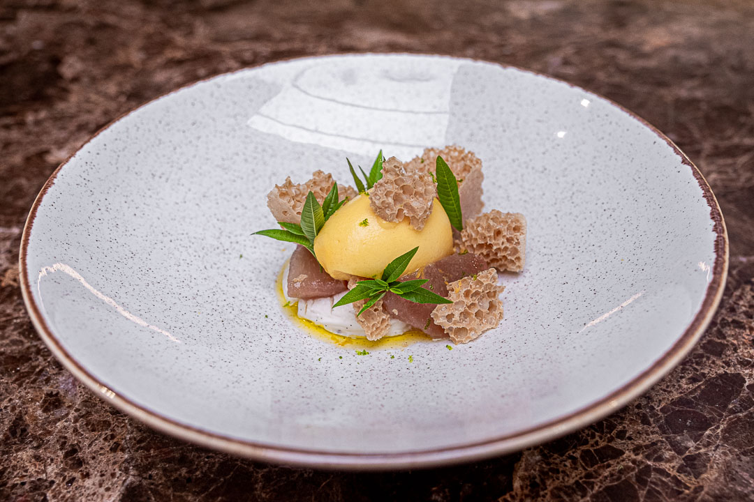Taxi's by Hungry for More. Dessert met kurkuma, perzik en yoghurt by chef Gilles Bogaert.