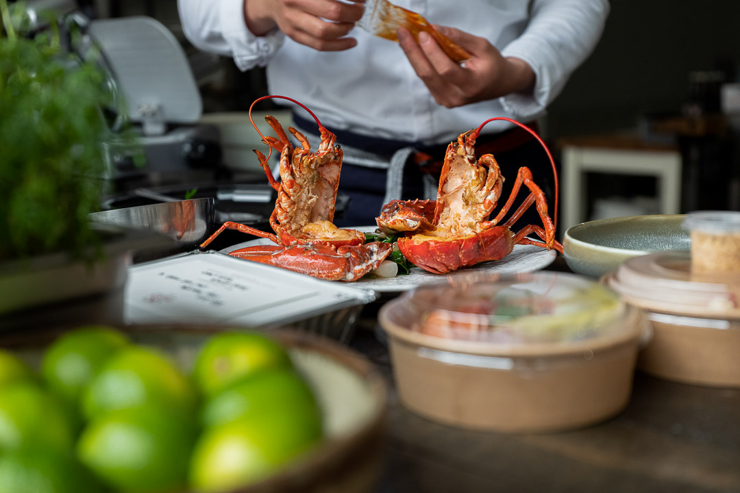 O&O by Hungry For More. De chefs bereiden de Singapore chili lobster