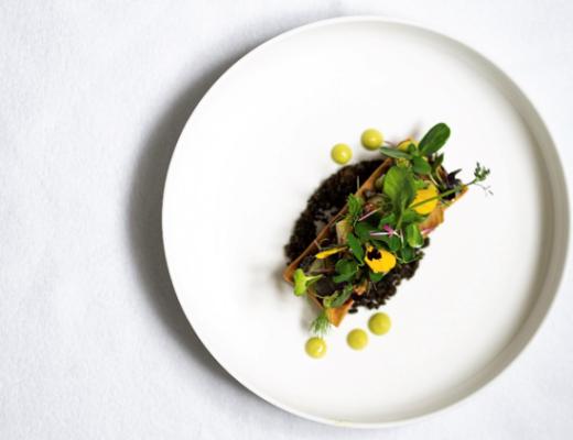 Recept: Groentetaart, basilicum granita, olijvencrumble en jonge scheuten salade door chef Trung Hoang, The Living Resto & Winebar in Brussel