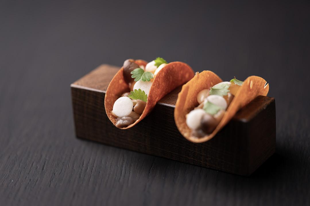 Zilte by Hungry for More. Taco met aardappel, paddenstoel, pijnboompit en kwartelei.
