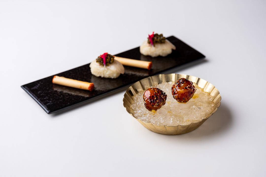 Franq By Hungry for More. - Nigiri van hamachi, kaviaar. Krokantje met parmezaan en piment d'Espelette.