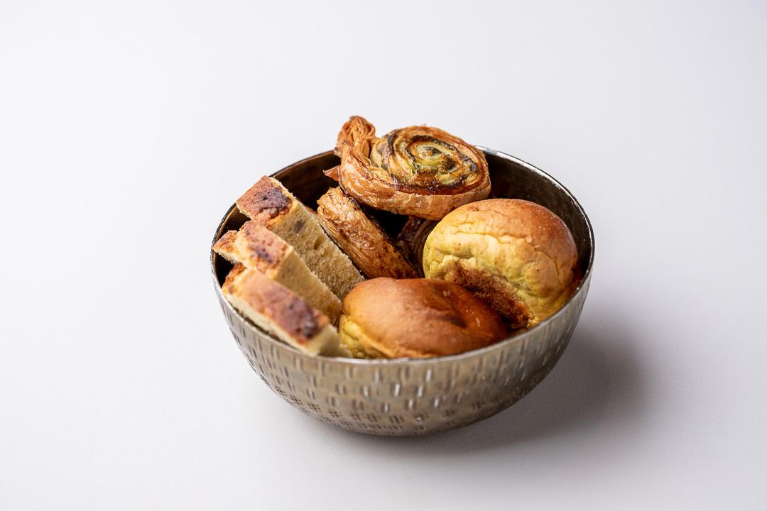 Franq By Hungry For More. - Melkbroodje met curry, rondje met pesto, ansjovis en maïsbrood.