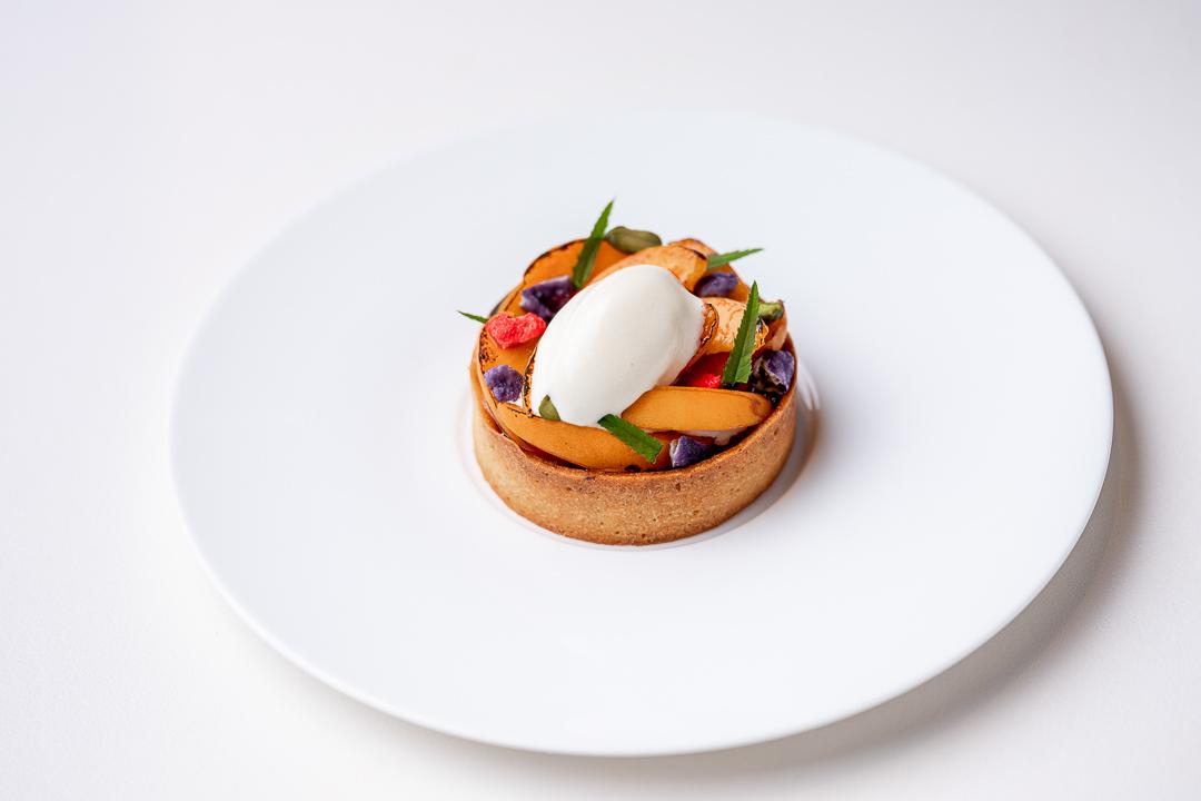 Franq By Hungry For More. - Abrikoos met rabarber, sorbet van amandel, violet sucré en pralines de Lyon.