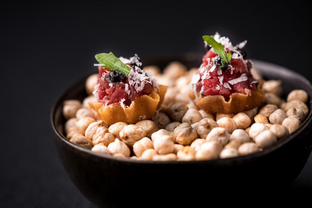 Le gastronome By Hungry For More - Tartelette, rundvlees, zwarte look en tomme de la Bergerie d'Acremont