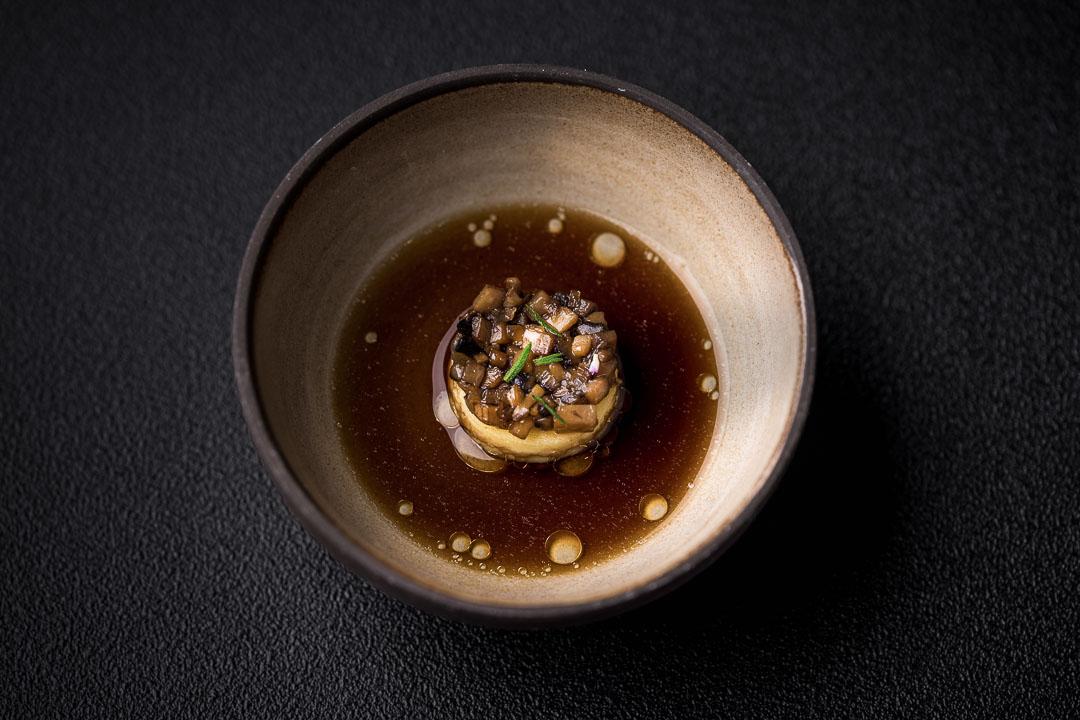 Le gastronome By Hungry For More - Taartje van schelvis, champignons en bieslookolie.
