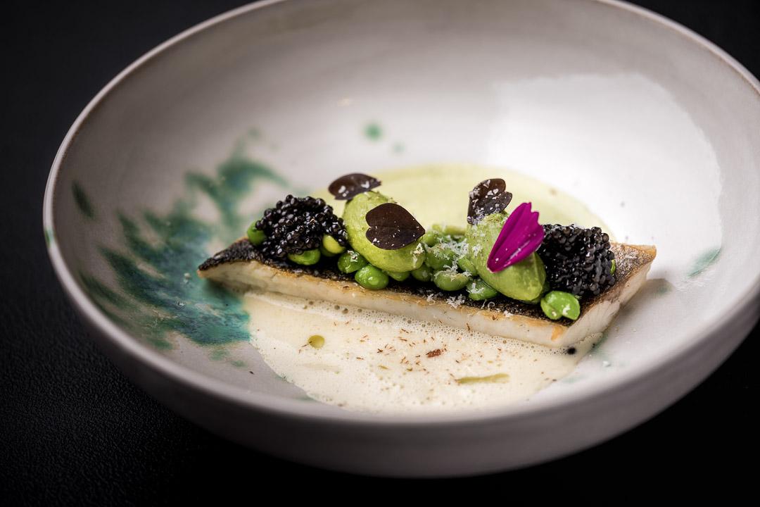 Le gastronome By Hungry For More - Zeebaars, crème van verveine, erwtjes, amandel en kaviaar
