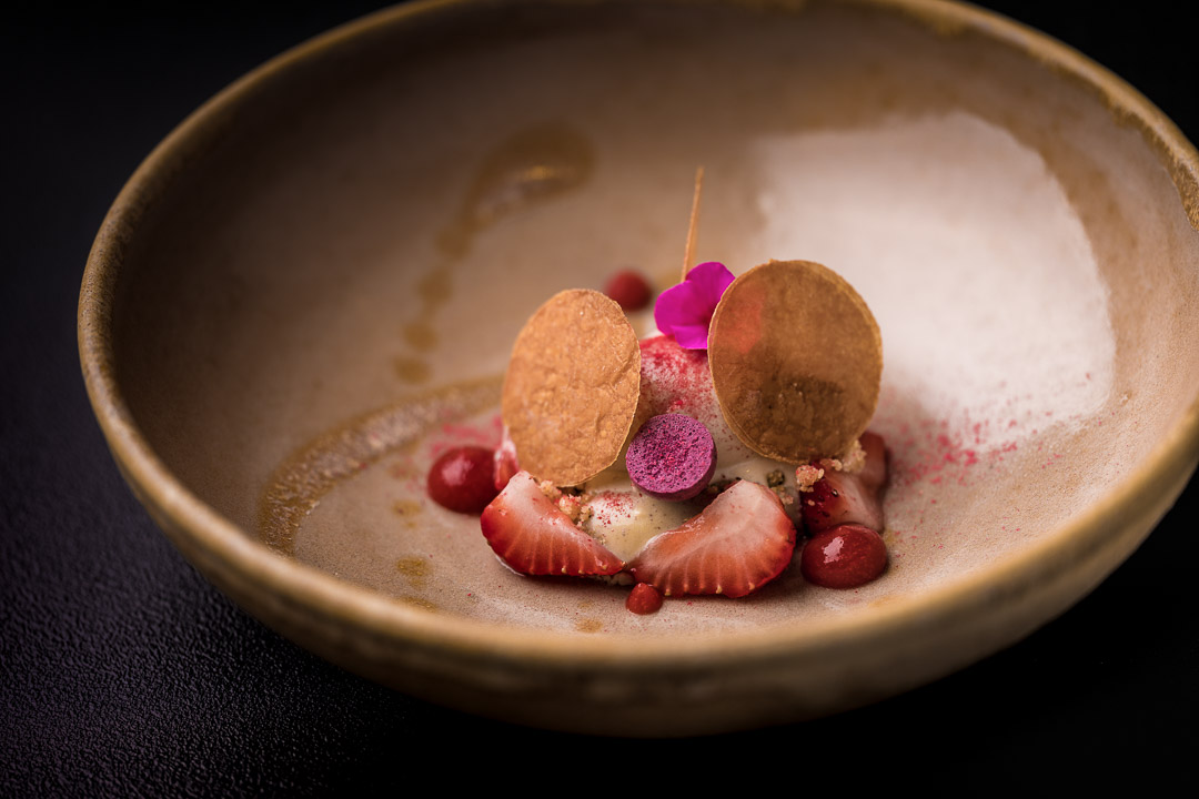 Le gastronome By Hungry For More - Aardbei met hibiscus, pistache en crème chiboust.
